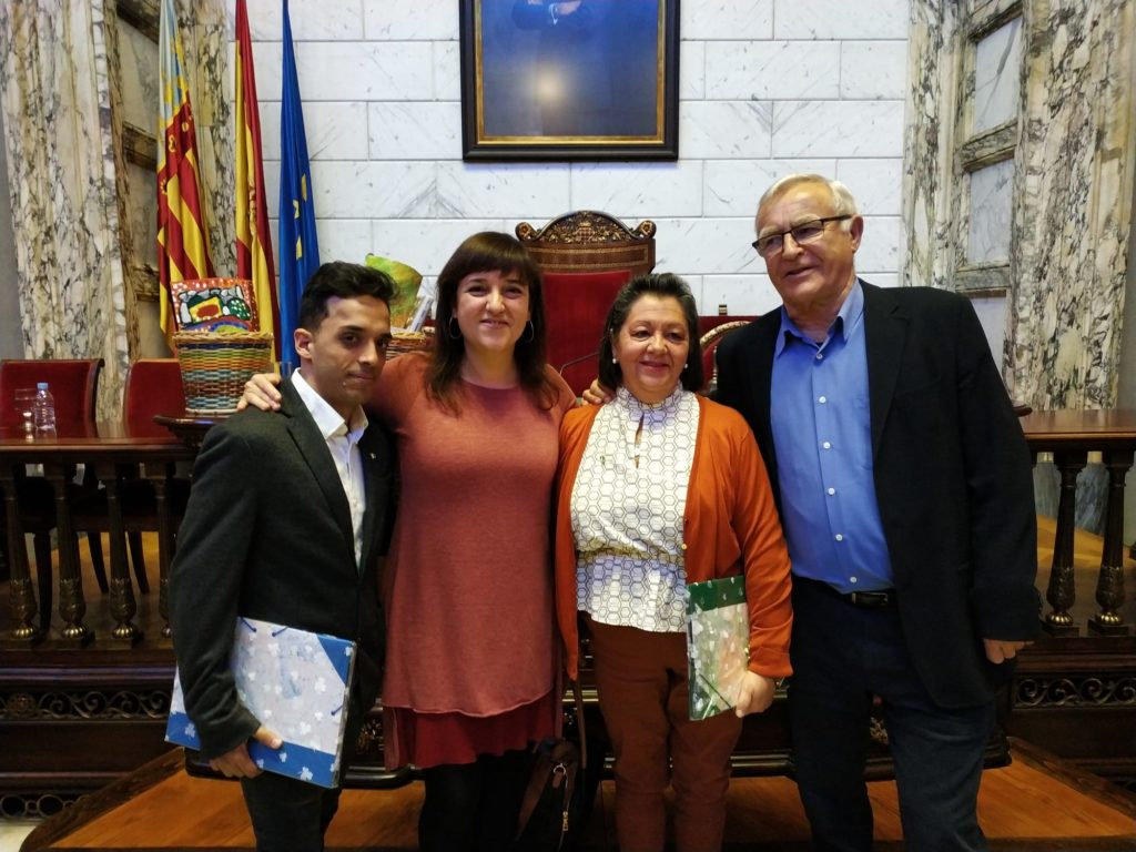 Presidenta y ordenanza de la asociación junto al alacade de Valencia, Joan Ribo durante la entrega de premiso de la 2º edición de premis implica´t en la promoción de persones amb discapacitat intel.lectual