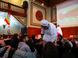 Animación para los niños y las niñas de la fiesta de Reyes de la asociación Amigos de la calle.