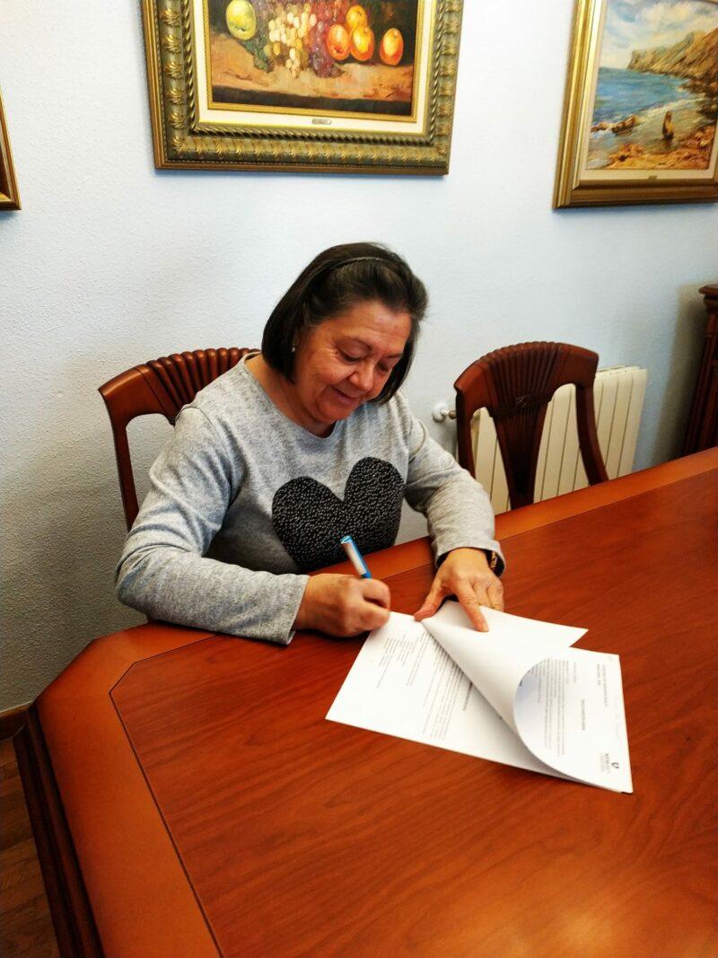 La presidenta de Bona Gent a.p.d.i firmando el convenio Incorpora 2021