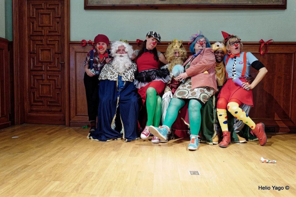 reyes magos y animadores de la fiesta de reyes de la asociación Amigos de la calle.