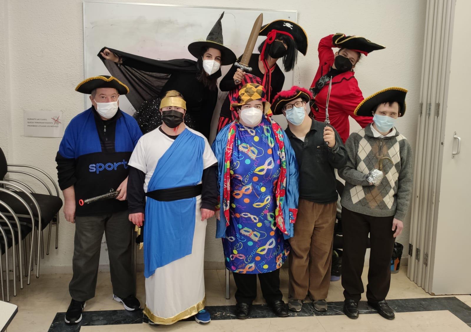 grupo de personas usuarias de la asociación disfrazadas para el carnaval 2021. De izquierda a derecha los disfraces son de pirata, griego, bruja, arlequín y 4 piratas más,