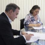 Momento de la firma del convenio de colaboración entre los representantes de ambas entidades